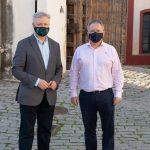 El hermano mayor, Rafael Ramírez Luna, y el director rector del IAPH, Juan José Primo Jurado.
